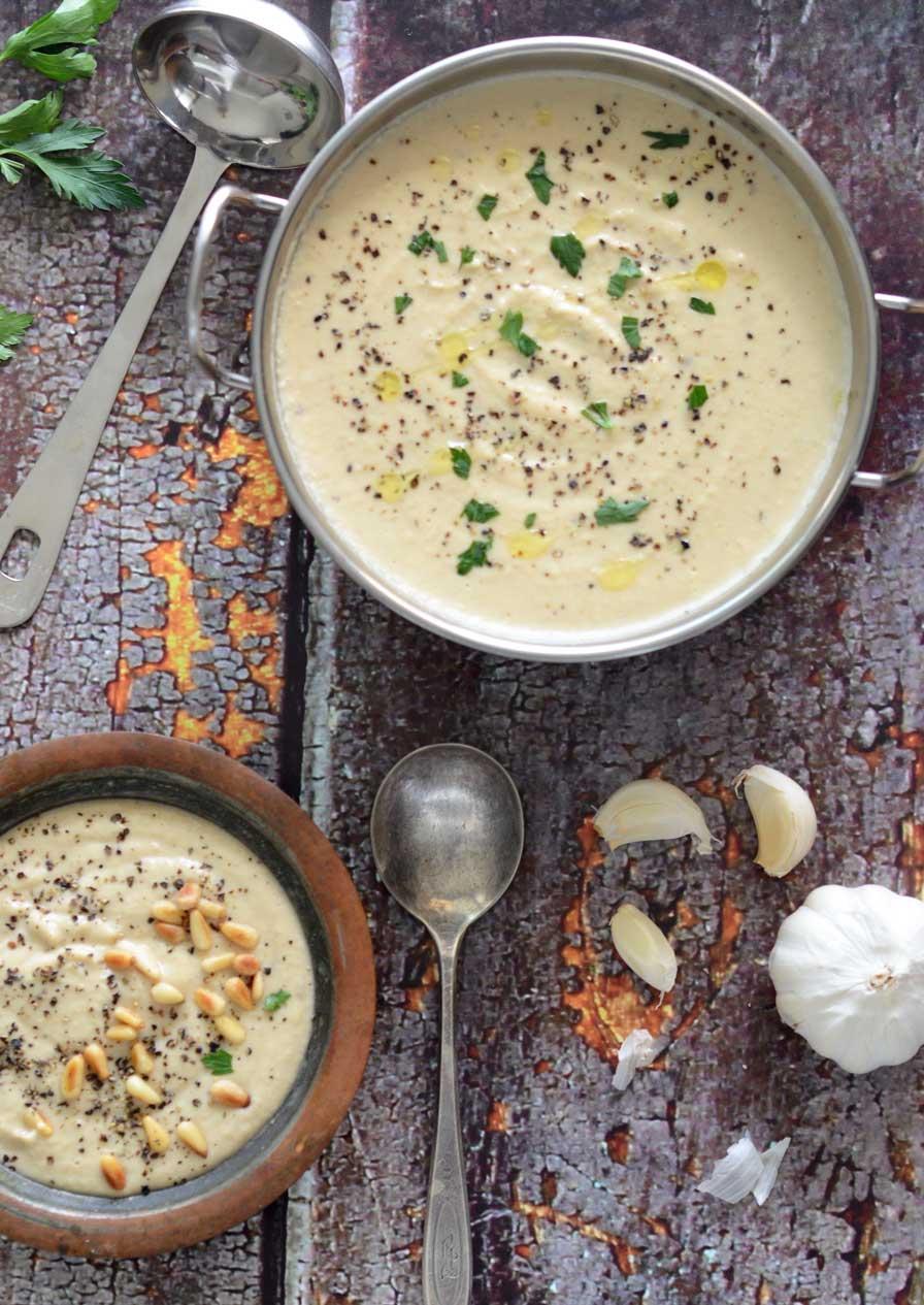מרק כרובית טבעוני עם שום קלוי וצנובר