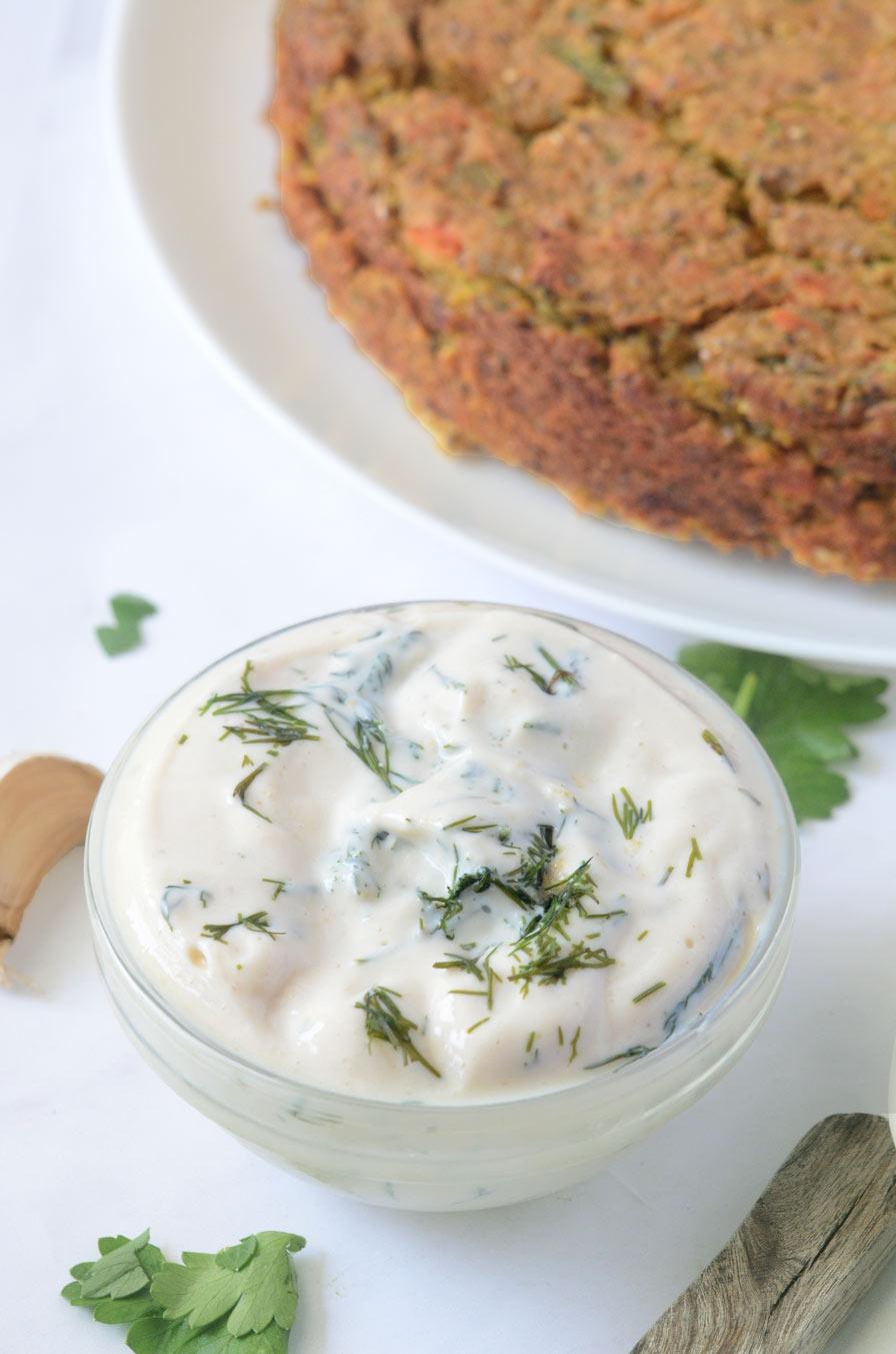 פשטידת קישואים טבעונית בליווי גבינת שום שמיר טבעונית